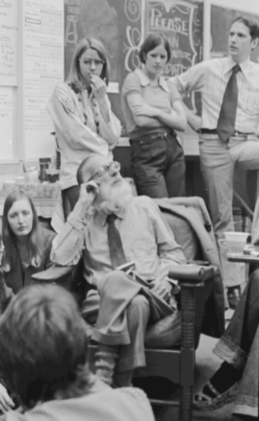 L-R, seated: Janice Hathaway (BFA 1970, MFA 1975), Walker Evans; standing: Gay Burke, unknown student, William Christenberry (BFA 1958, MA 1959). Photo by Wayne Sides, used with permission.